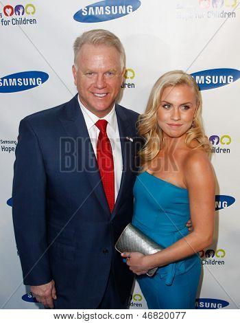NOVA YORK-29 de maio: Jogador da NFL Boomer Esiason e filha Sydney assistem o Samsung Hope para crianças
