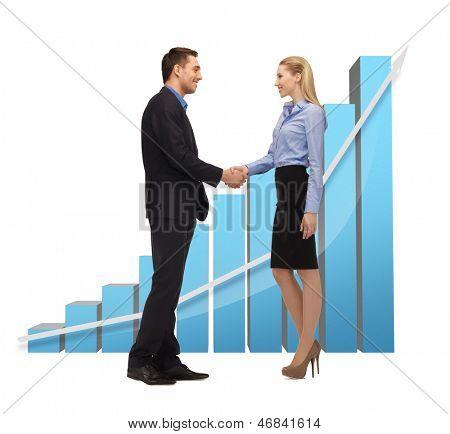 helles Bild von Mann und Frau, die ihre Hände schütteln