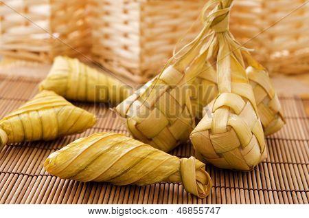 Ketupat ou bolinho de arroz embalados. Malay tradicional deliciosa comida do Ramadã. Comida da Malásia popular na