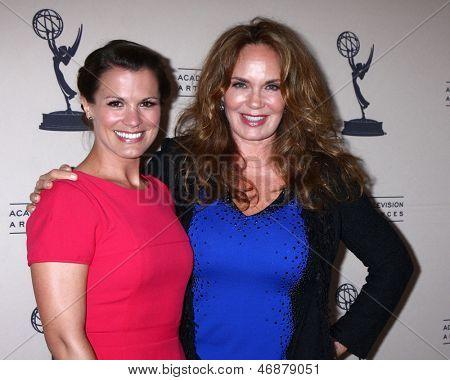 LOS ANGELES - 13 de JUN: Melissa Claire Egan, Catherine Bach chega ao Daytime Emmy nomeados Rece