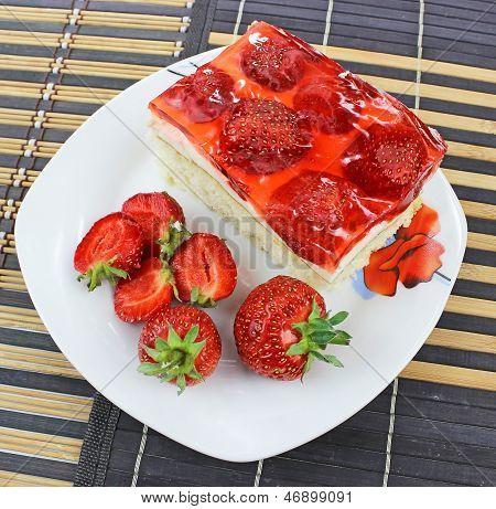 bolo com frutas frescas com geléia vermelha