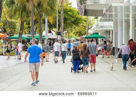 MIAMI,USA - MAY 31,2014 : Shoppers and tourists on a sunny day at Lincoln Road, a famous dining and shopping boulevard at Miami Beach