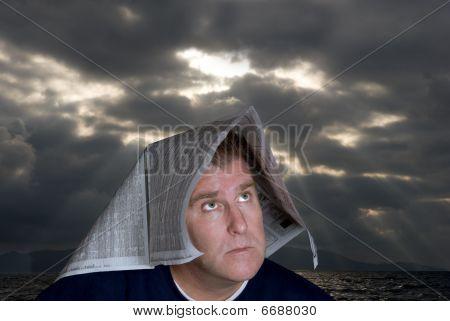 Homem com jornal sobre cabeça