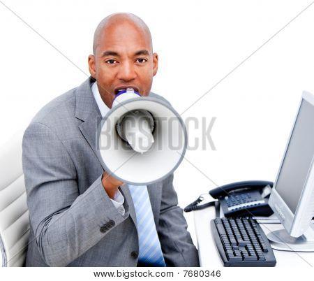 Empresario enojado gritando a través de un megáfono