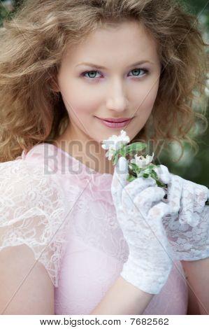 Hermosa joven en guantes blancos