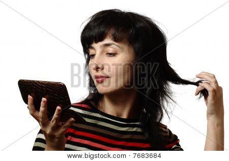 schöne Frau dreht ihr Haar, isoliert auf weiss