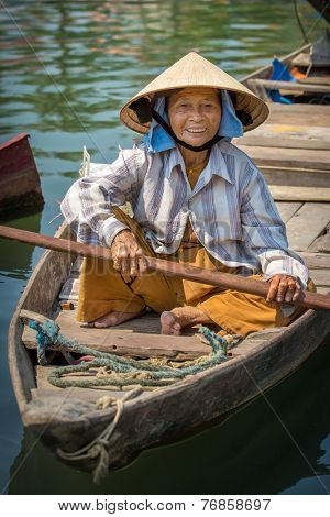 HOI AN, VIETNAM - MARCH 31: Woman paddles fishing boat in Hoi An, Vietnam on March 31, 2014.