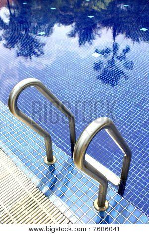 À beira da piscina