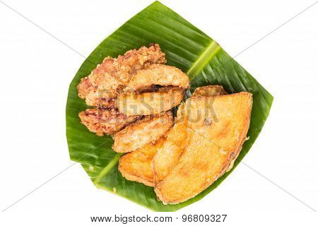 Serving of fried banana (pisang goreng) and fried sweet potatoes (keledek goreng)