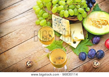White wine and seasonal fruits