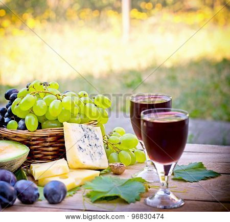 Red and white grapes in focus