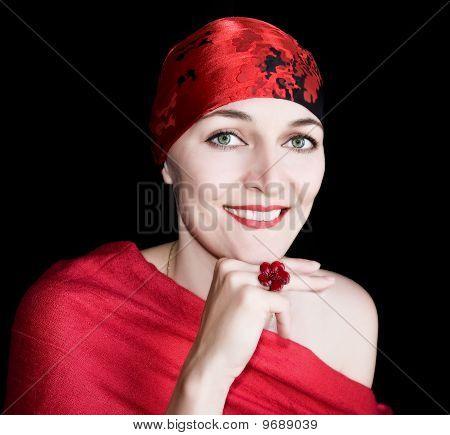 Eine junge Frau In Rot auf schwarzem Hintergrund. Isoliert.