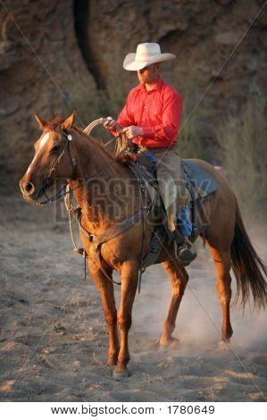 Cowboy und sein Pferd in der Abenddämmerung