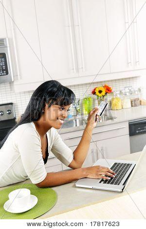 Compras en línea en casa de la mujer