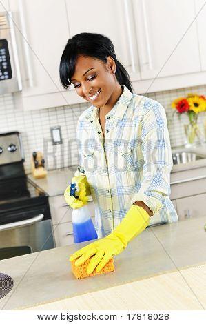 junge Frau Reinigung Küche