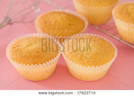 selbst gebackenem Kuchen in einer rosa