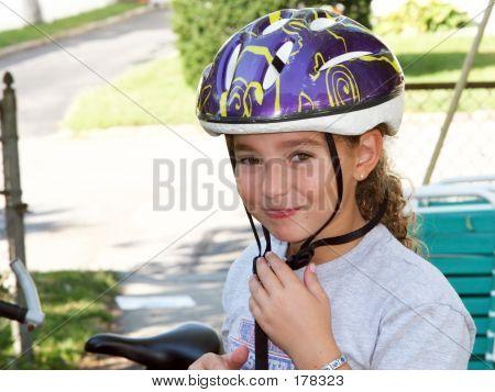 Niedliche Mädchen In einen Helm