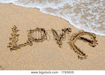 Te amo escrito en la playa de la arena