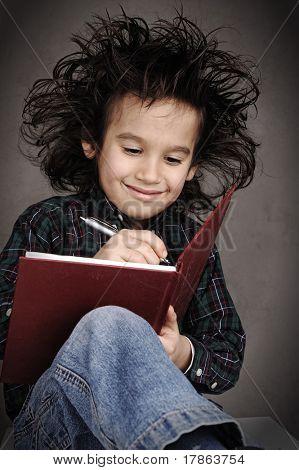Smart Nerd Kid mit Brille und lustige Haar schreiben