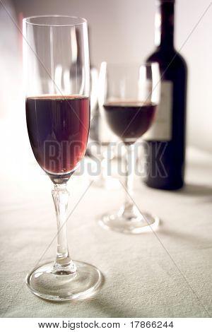 garrafa e taças de vinho tinto