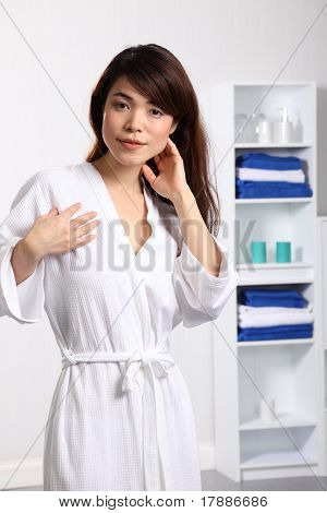 Mujer sana en traje de baño blanco