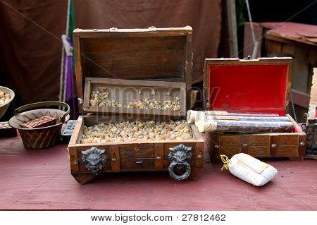 Roh-Weihrauch und Myrrhe aus Indien an einem Duft Händler Stand