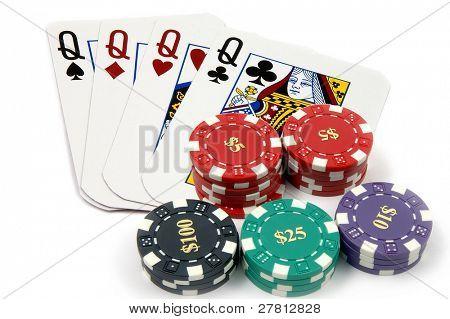 Una de las manos más altas en poker 4 reinas con un montón de casino chips aislado en blanco tarjeta son re
