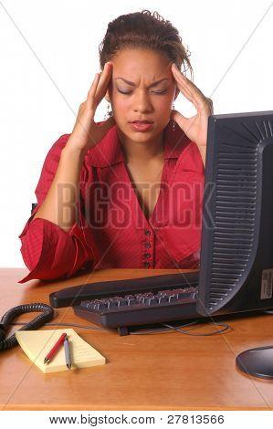Schöne weibliche Führungskraft in das Büro mit einem Spannungskopfschmerz
