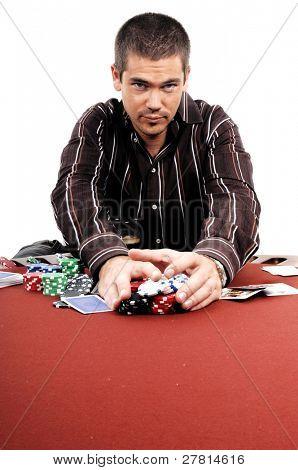 Un hombre jugando Texas Holdum Poker recoge sus ganancias, el dorso de la tarjeta son un diseño digital creado