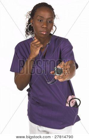 Enfermeira americana Africano com manguito de pressão sangüínea e estetoscópio
