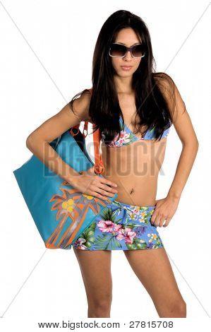 Schöne Latin Frau in einem blauen floral print Bikini mit Sonnenbrille. Isolated over White. Schwimmen Verschleiß