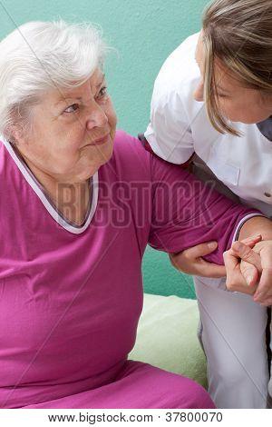Enfermera ayuda a paciente llegar hasta