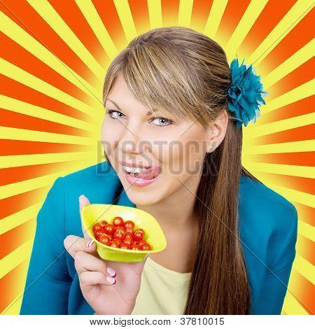 Mulher feliz com salada de tomate cereja