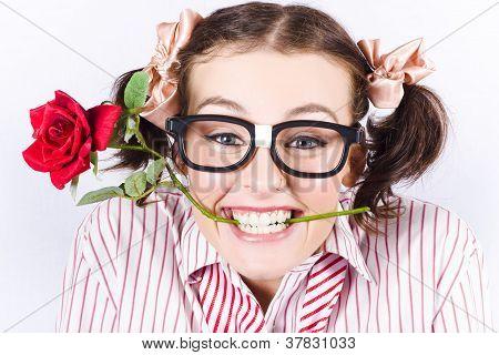 süß lächelnde Frau mit Nerd-Brille mit rose