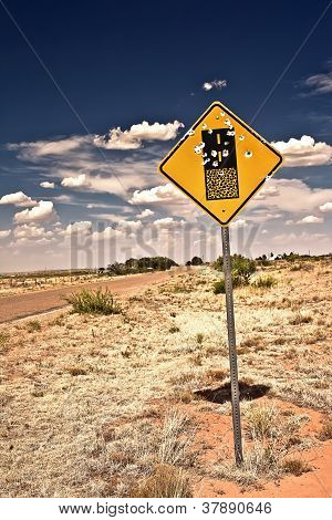 Sinal de estrada cheia de buracos de espingarda