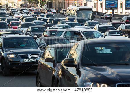Moscú - 13 de junio: Soportes de coches en un atasco de tráfico en la ciudad centro, 13 de junio de 2013, Moscú Rusia. Mosco
