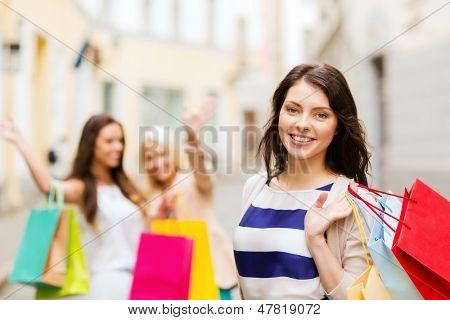 conceito de compras e turismo - garotas bonitas com sacos de compras em grosso