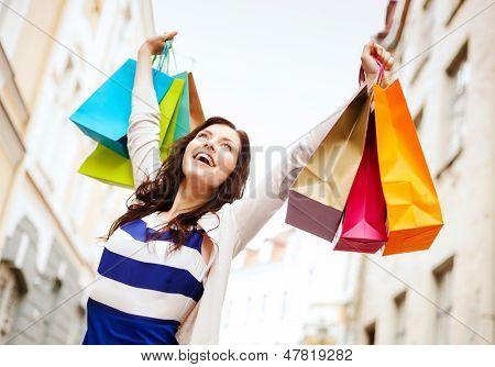conceito de compras e turismo - mulher bonita com sacos de compras em grosso