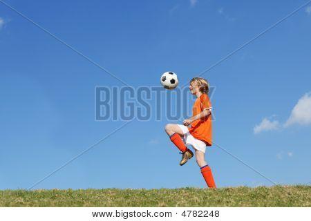 Kind oder jungen spielen Fußball oder Football