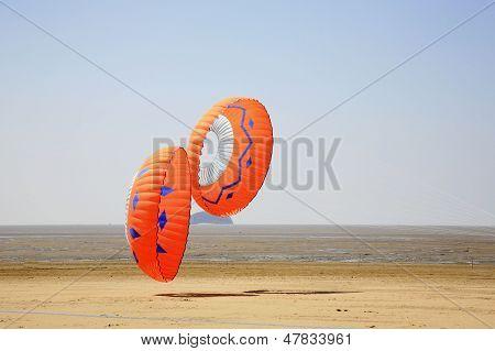 Zwei Runde Orange Kites
