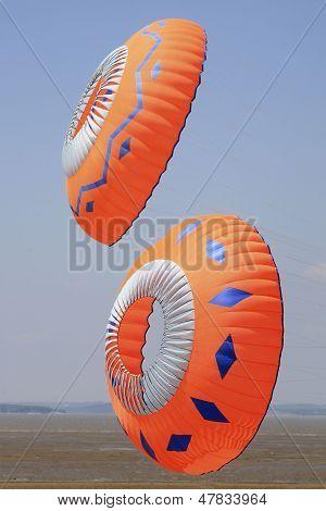 Zwei bunte kreisförmige Kites