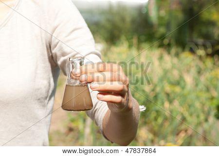 pesquisador testar a qualidade da água