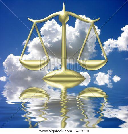 Balanza de la justicia que se refleja en el agua