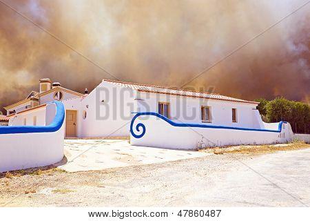 Enorme incendio amenaza Inicio en Portugal