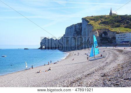 Veleiro na praia Cote d'Albatre.