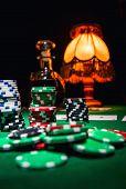 Постер, плакат: Гэмбл фон фишки для покера карты и бутылка коньяка