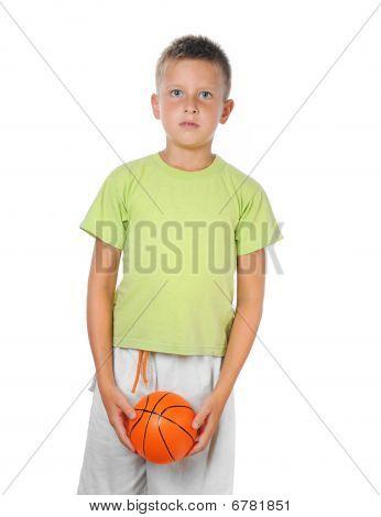 junge halten einen basketball