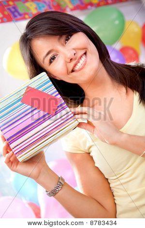 Chica sosteniendo un regalo