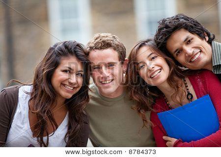 Grupo de estudiantes al aire libre
