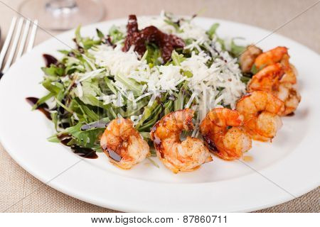 Fresh and healthy salad with shrimps